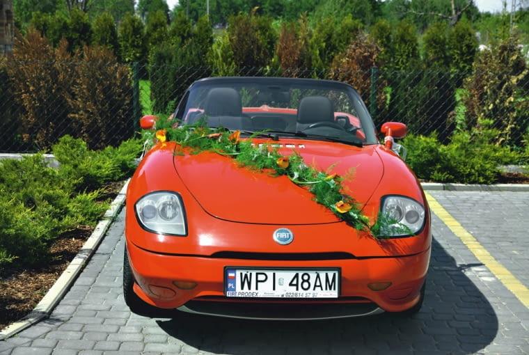 Samochód do ślubu. Dekoracja - girlanda