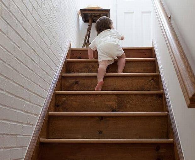 dziecko na schodach
