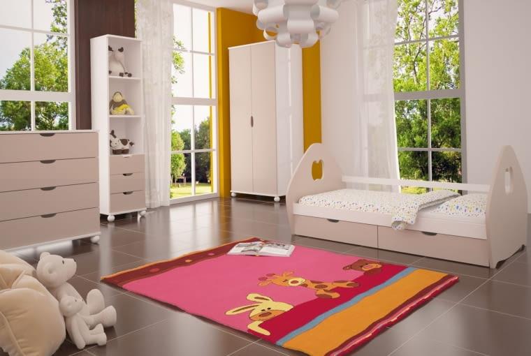 Białe meble i ściany w odcieniu brązu i ochry