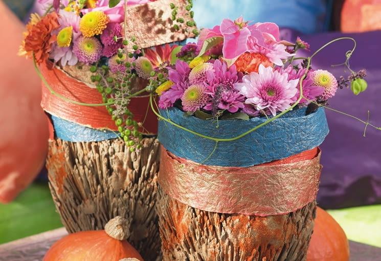 Orientalne kompozycje kwiatowe. Bukiety z chryzantem, dalii i goździków wzbogacone poinsecją, pędami kardiospermum i szkarłatki