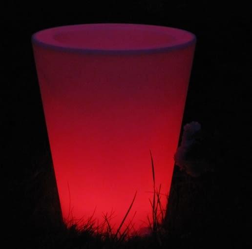 Lampa ogrodowa Simple w kształcie świecącej donicy