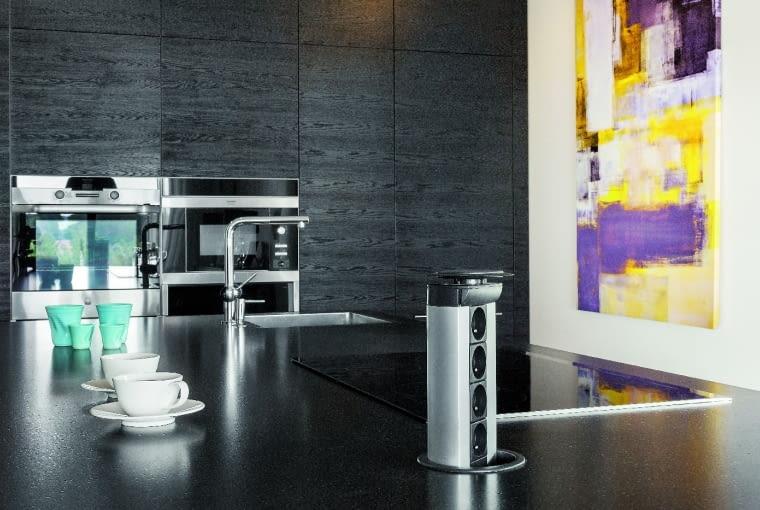 POJAWIA SIĘ I ZNIKA... Czajnik, mikser, robot można podłączyć do specjalnych gniazdek chowanych w blacie kuchennym, zabezpieczonych przed przedostawaniem się do instalacji np. okruchów lub brudu.