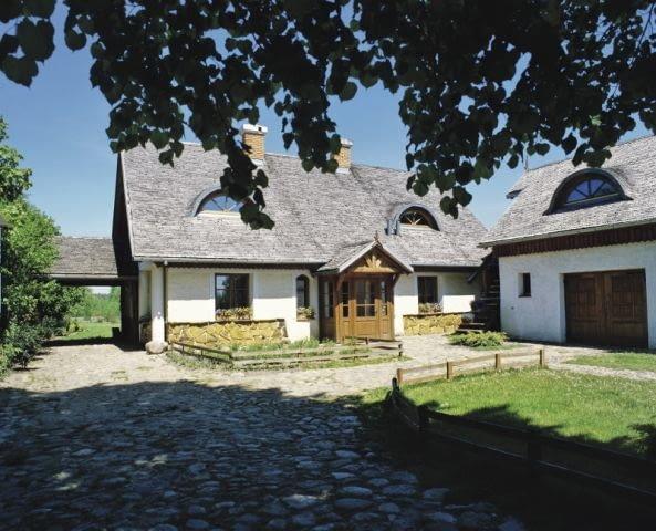 Dom, ze swoją pełną delikatności, lekkości i prostoty formą, wprost nawiązuje do kanonów budownictwa wiejskiego