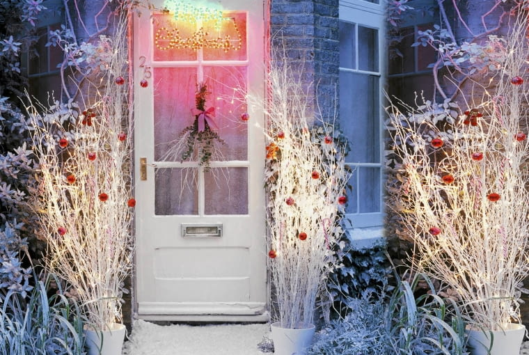 05 Mar 2010 --- Front door with Christmas decorations --- Image by Duchars, Dan/the food passionates/Corbis SLOWA KLUCZOWE: Christmas decorated decoration door dwelling garden house nobody seasons snow winter
