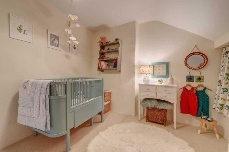 W domu znajduje się odpowiednio wyposażona sypialnia dla dzieci