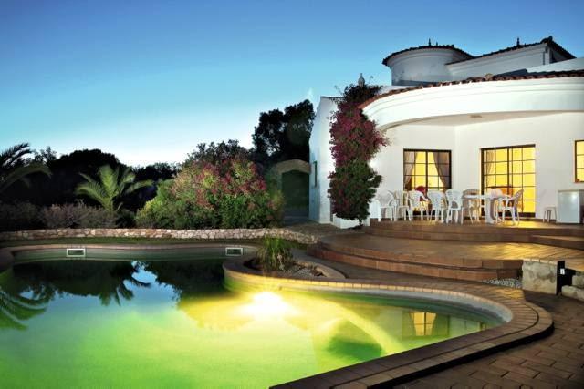 Instalacja solarna chętnie wykorzystywana jest do podgrzewania wody w basenie zewnętrznym...
