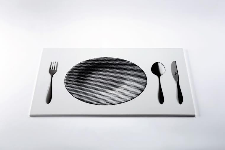 Raster taca wykonana z porcelany pokrytej kalką ceramiczną, która przedstawia realistyczny obraz talerza i sztućców. Projekt Marek Cecuła.