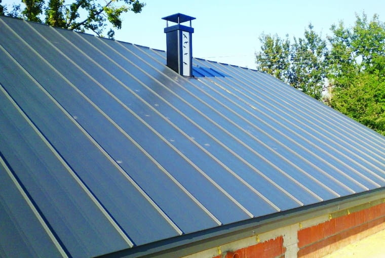 Brak wyjścia na dach, stopni kominiarskich i ławy uniemożliwia bezpieczną obsługę komina