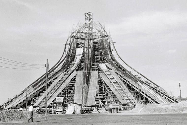 Tak wyglądała budowa rzeźbiarskiej bryły katedry w Brasilii w 1959 roku.