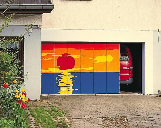 Kolorowe graffiti na bramie garażowej ożywia elewację budynku, świadczy o fantazji właścicieli posesji
