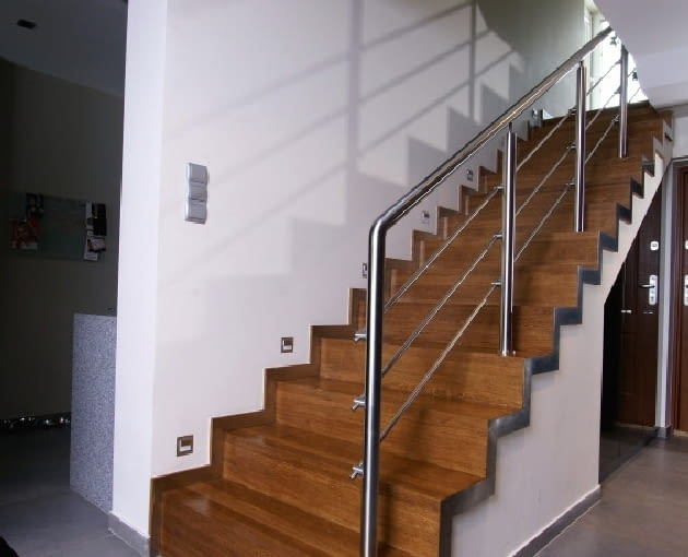 To, czy po schodach żelbetowych da się chodzić bezpiecznie zależy nie tylko od dobrego rozliczenia ich wysokości, ale też wykonania okładzin stopni.