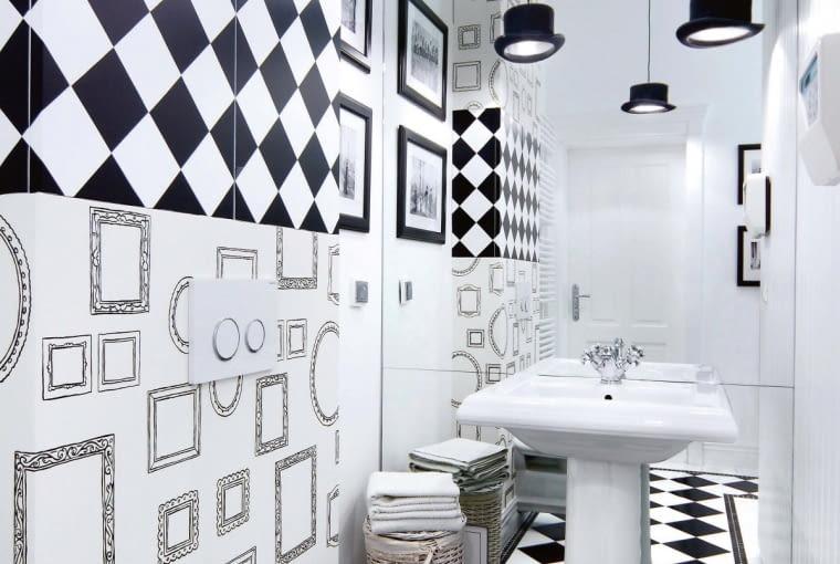 Lustrzane odbicie. To znany i sprawdzony trik optyczny: jeśli na całej ścianie przykleimy lustro, małe WC 'podwoi' swój metraż - na pewno nie grozi nam w nim klaustrofobia.