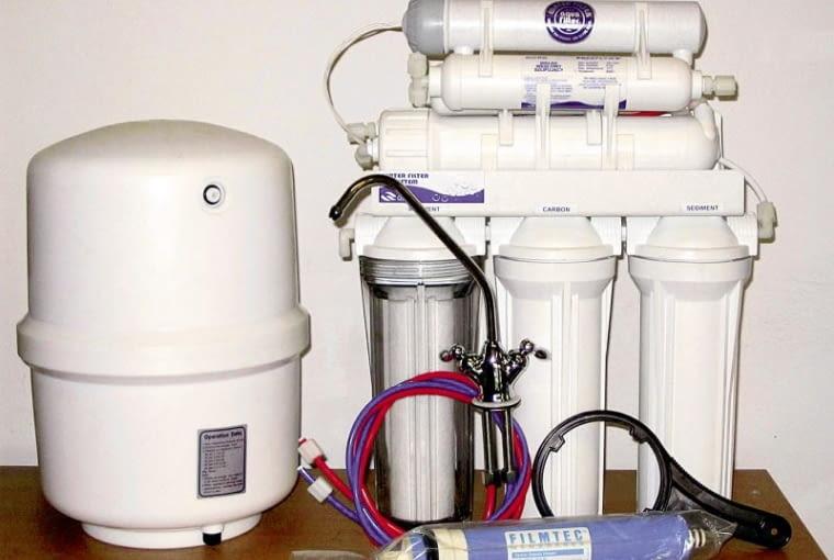 Domowy zestaw odwróconej osmozy. Stosuje się go do mało zanieczyszczonej wody studziennej i do wody wodociągowej