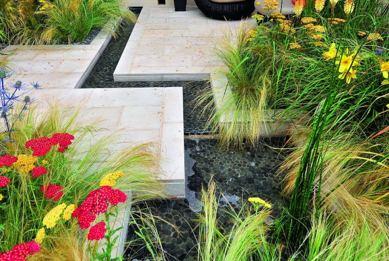 W nowoczesnych ogrodach zbiorniki w posadzkach przybierają coraz ciekawsze formy.