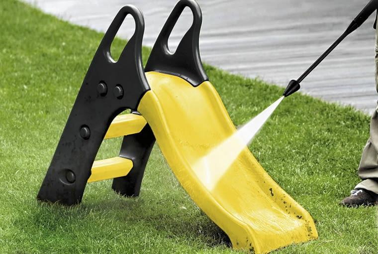 Dzięki myjce ogrodowy plac zabaw będzie lśnił przez cały rok