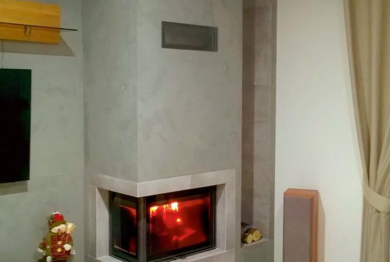 Płyta może z powodzeniem imitować beton dzięki farbom dekoracyjnym. Sam wkład warto jednak obudować wytrzymałym, odpornym na temperaturę kamieniem lub ceramiką. Na zdjęciu: ramka z gresu, tynk strukturalny, cena 12 000 zł (z wkładem i robocizną), DOVRE