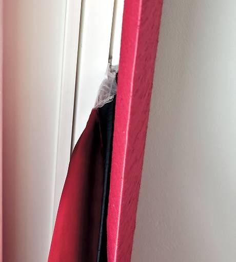 DEKORACJE OKIEN - Z LAMBREKINEM. Zasłony podszyto podszewką, która usztywnia tkaninę i chroni przed płowieniem. Szyny zasłonił lambrekin.