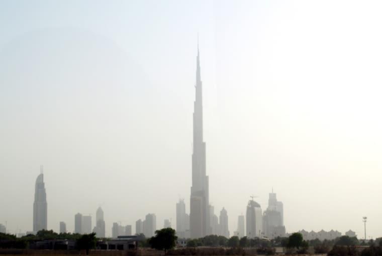 Panorama Dubaju. Ponad wysokościowcami góruje najwyższy budynek świata Burj Khalifa