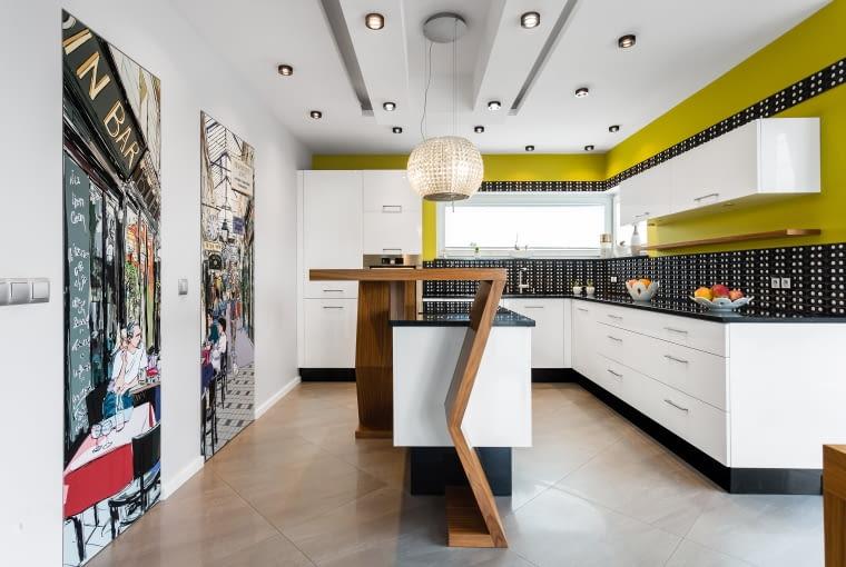 Białe meble kuchenne i ściany w musztardowym kolorze.