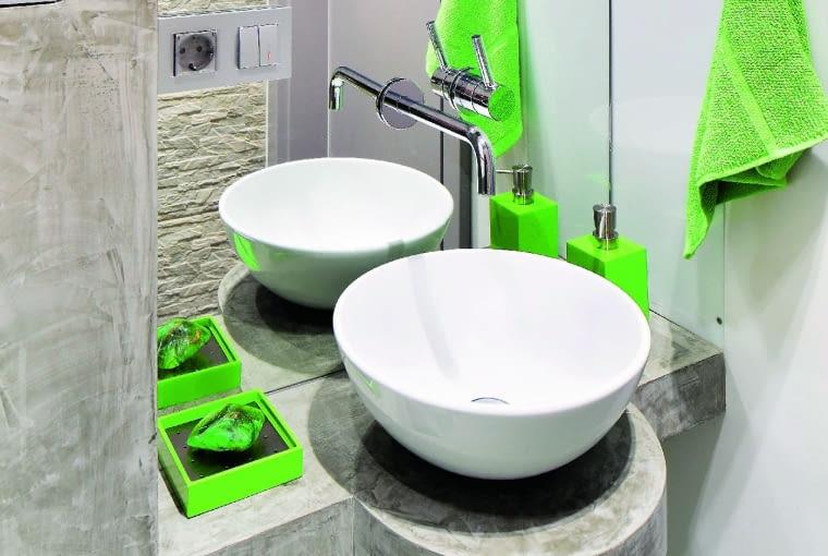 Nablatowa umywalka może być nie większa od miski, ale planując przestrzeń wokół niej, należy wziąć pod uwagę rozmiary blatu, na której ją zamontujemy.