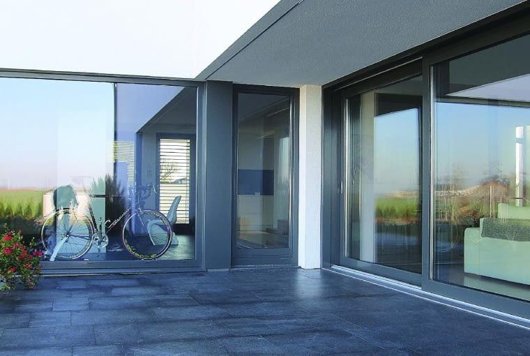 Propozycja 2. Konstrukcja: okna drewniano-aluminiowe Gemini Exterm 88 Kolor: drewna - jasny dąb Pakiet szybowy: dwukomorowy z ciepłą ramką 4/18/4/18/4; Ug = 0,6 W/(m2K); okucia Siegenia Titan AF 2015, klamki Hoppe Atlanta Secustic; Uw = 0,83-1,00 W/(m2K) Cena: 28 078 zł