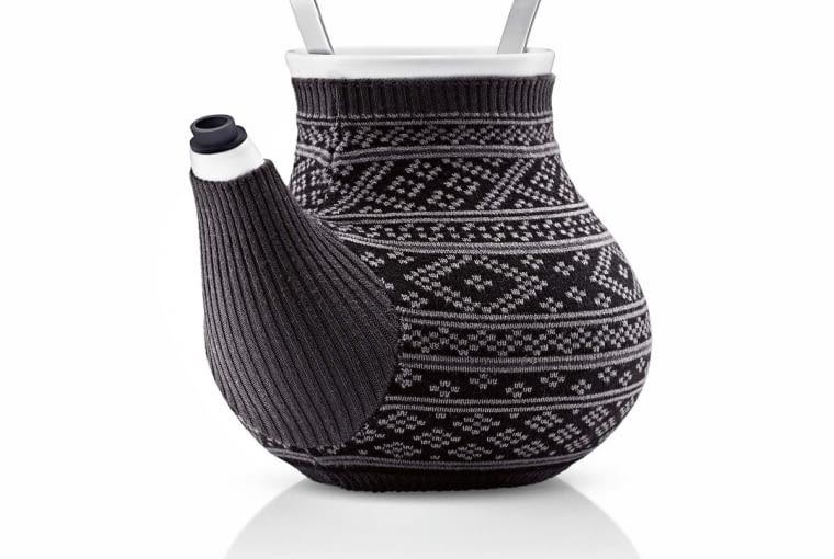 W stylu tego wnętrza: Dzbanek do herbaty, dzianina, porcelana i metal, 396 zł, Fabryka Form