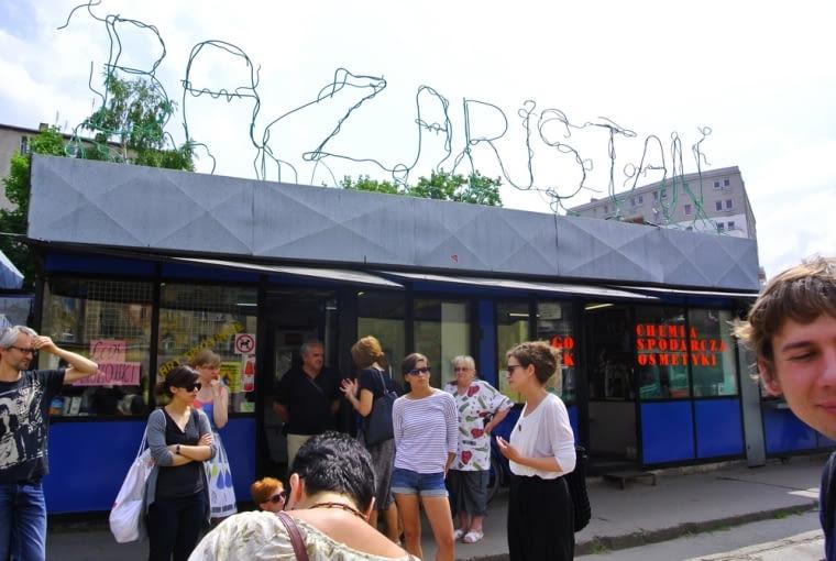 """Przebudowa targowiska przy Ptasiej we Wrocławiu. Na zdjęciu widać napis artysty Olafa Brzeskiego """"Bazaristan""""."""
