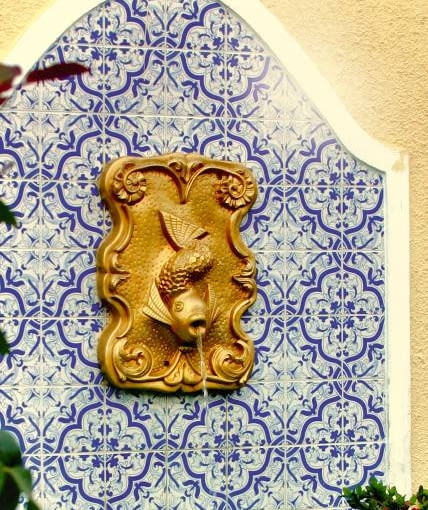 To ścienne źródełko umocowane jest do płyty wyłożonej stylową mozaiką