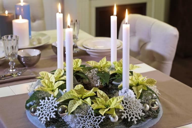 DEKORACJE. W wielu europejskich krajach dekoracja stołu służy do celebrowania Adwentu. W każdą niedzielę, na cztery tygodnie przed Bożym Narodzeniem zapala się jedną świeczkę. Tradycyjny adwentowy wieniec każdego roku może mieć inny charakter. Ten został wykonany na podłożu z gąbki florystycznej z białymi, mini poinsecjami , gałązkami sosny i płatkami śniegu - jest to jedyna w swoim rodzaju adwentowa dekoracja.