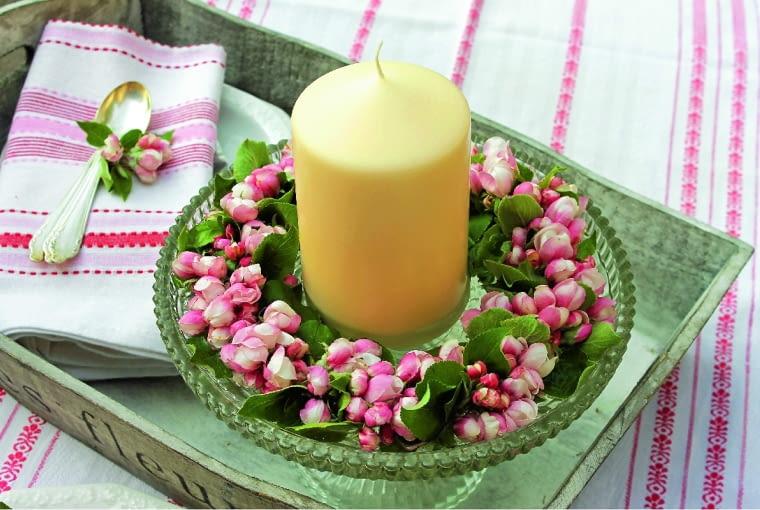 Wiosenny świecznik z nabrzmiałymi pąkami pigwowca.