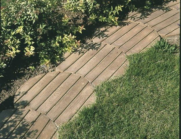 Betonowe kręgi imitujące drewno