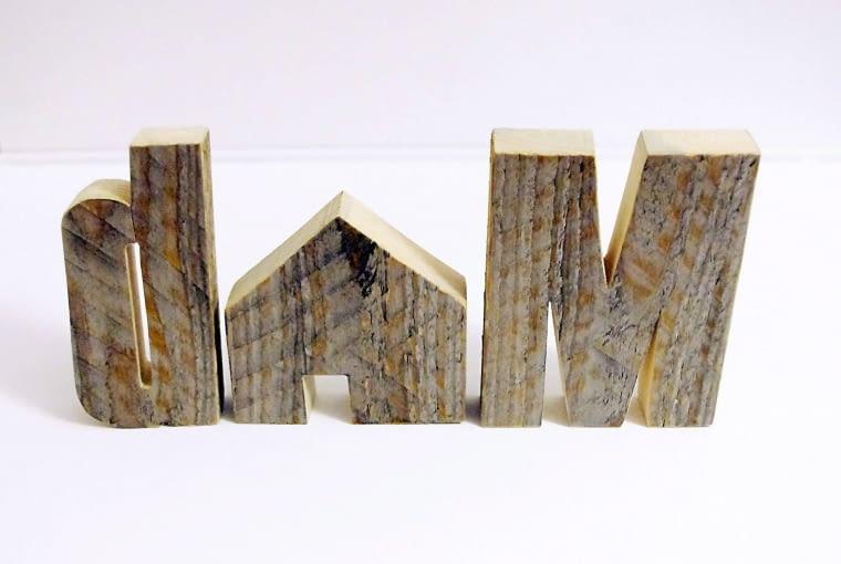 Czysty recykling: litery są z drewna pozyskanego ze starych palet. Niepowtarzalna struktura i naturalny kolor. Wykonanie - ręczne.