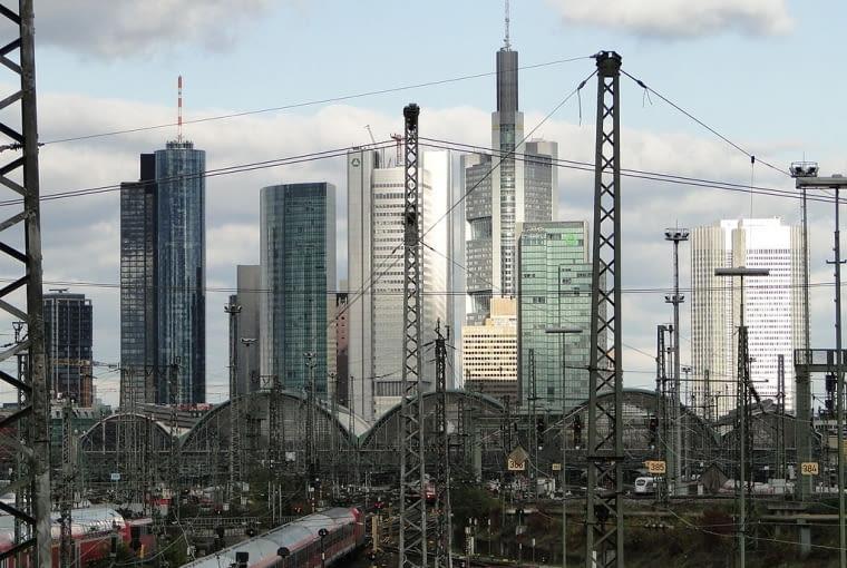 Wieżowce w centrum Frankfurtu, na pierwszym planie dworzec kolejowy