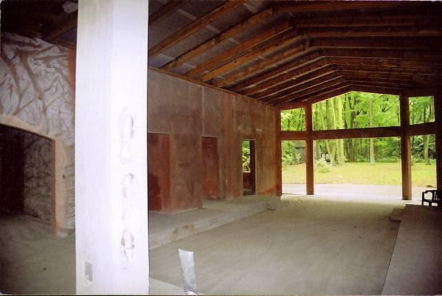 Salon przed przebudową. Widoczne żelbetowe prefabrykowane płyty, z których wzniesiono ściany domu