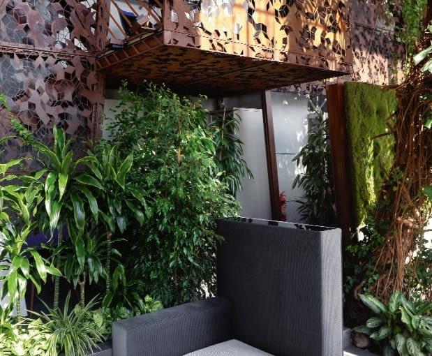 Szlachetny corten Balustrady antresoli i część ściany wykonane są z materiału, który rdza konserwuje, a nie niszczy.