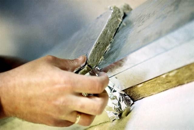 Niezaizolowane kanały stalowe podczas montażu ociepla się specjalną okładziną, która tłumi szum i ogranicza straty ciepła