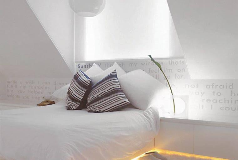 Double bed and sideboard with integrated, indirect lighting in modern attic room SLOWA KLUCZOWE: Lata 70 lata siedemdziesiate apartament mieszkanie lozko ziemia