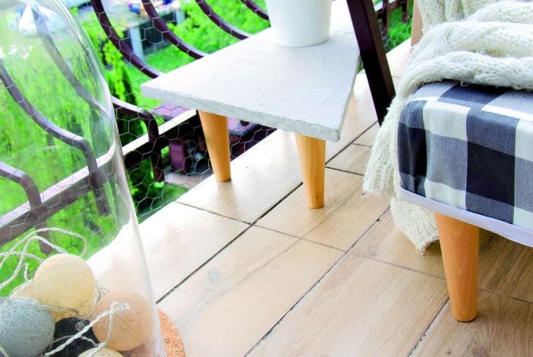 Ten stolik zrobiłam z kawałka płyty wiórowej. Pokryłam ją masą imitującą beton i dokręciłam nóżki.