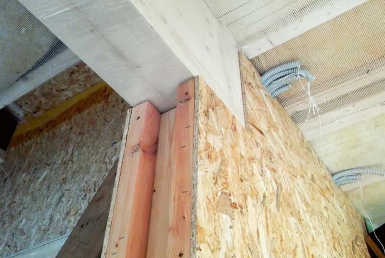 Po zmontowaniu ścian zewnętrznych wstawiono w utworzone w nich gniazda montażowe prefabrykaty wewnętrznych ścian nośnych