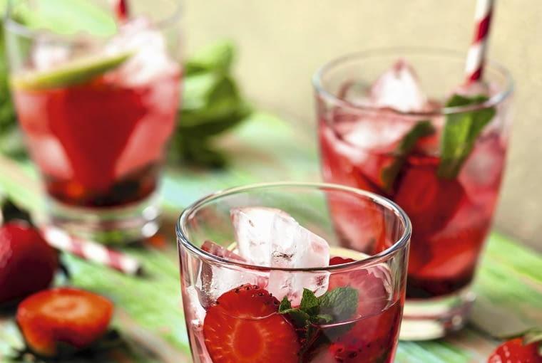 Napój Truskawkowy Do każdej szklanki włóż połówki kilku dojrzałych truskawek. Zasyp je dwoma łyżeczkami cukru. Odstaw na kilka godzin. Gdy puszczą sok, dodaj po łyżeczce soku z cytryny, zalej wodą gazowaną i tonikiem.