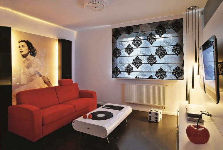 DOM. Pokój telewizyjny nawiązuje do stylu pop-art. Zdobiący jedną ze ścian plakat z Grace Kelly chroni szklana tafla.