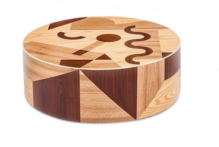 Do Ro Ta zaprojektowana przez słynnego Alessandra Mendiniego i zdobiona intarsją, może być zarówno stolikiem, jak i siedziskiem.Comforty, comforty.pl