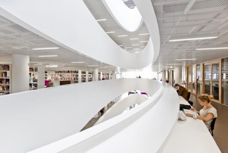 Biblioteka uniwersytecka w Helsinkach zaprojektowana przez duet architektów Anttinen i Oiva.