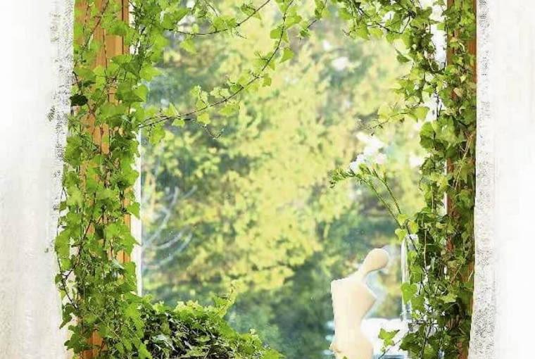 Nastrojowa dekoracja okna z bluszczem
