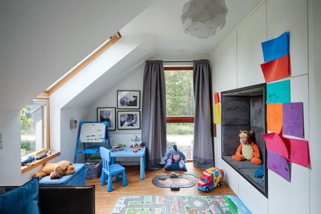W pokoju dziecka biel i szarość - kolorystyka wiodąca w wystroju domowych wnętrz - została uzupełniona o błękitne mebelki oraz kolorowe zabawki i nieustannie zmieniającą się dekorację z dziecięcych obrazków we wszystkich kolorach tęczy