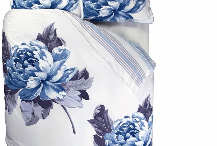 designers guild Ta pościel z wysokogatunkowej bawełny jest jak malowany obraz. Zasypianie wśród rozwiniętych pąków koloru indygo to z pewnością wielka przyjemność. Wym. 160 x 200 cm; 60 x 70 cm, decodorebasic.pl, 590 zł