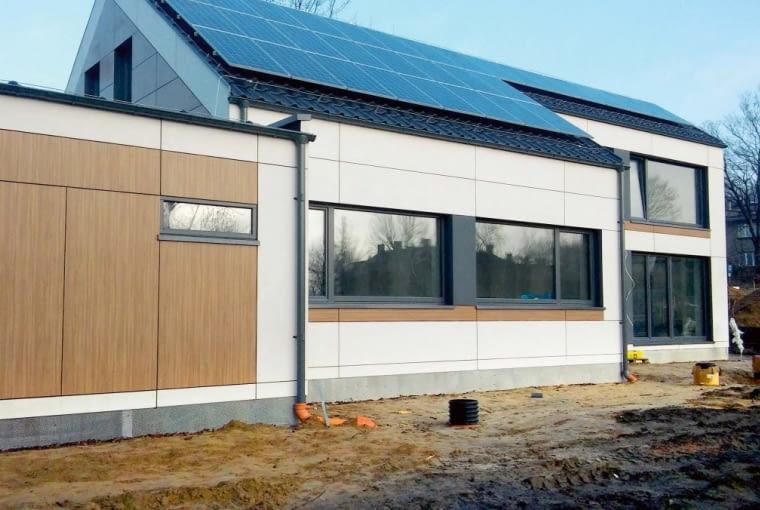 Na dachu umieszczone zostały panele fotowoltaiczne, dzięki którym udaje się gospodarzom zgromadzić nadwyżki energii