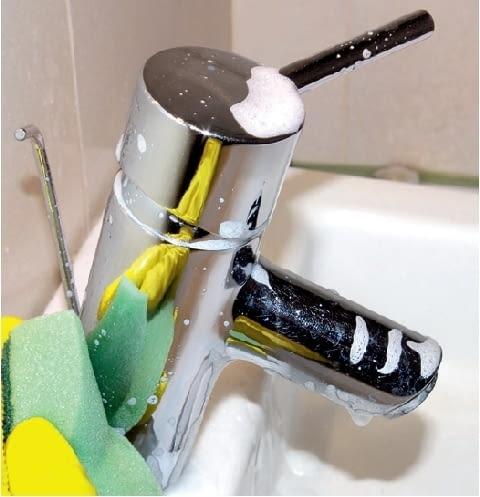 Krok 3. Miękką gąbką rozprowadza się preparat na powierzchni i - według zaleceń - pozostawia na kilka minut.