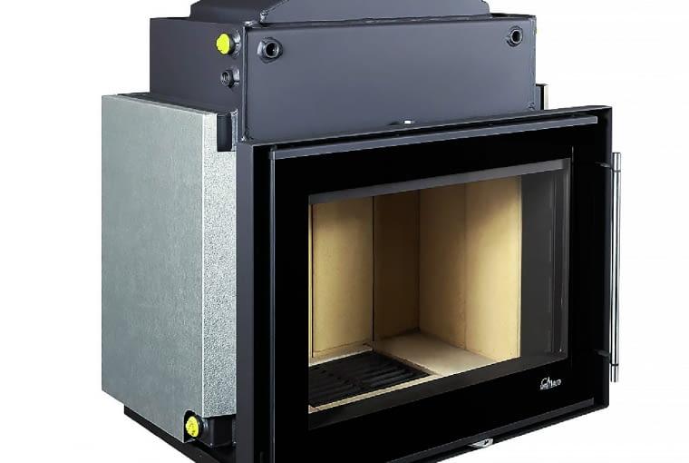 Uniflam W720 Prestige/GALERIA KOMINKÓW | Moc grzewcza: 4-18 kW; moc płaszcza wodnego: 2-11 kW | materiał: stal, szamot | sprawność 82% | maks. dł. polan drewna: 45 cm | pojemność płaszcza wodnego: 56 l; średnica wylotu spalin: 180 mm | wymiary (szer./wys./gł.): 721 x 947 x 515 mm | wyposażenie: okładzina szamotowa, doprowadzenie powietrza do spalania bezpośrednio z zewnątrz | wężownica schładzająca, zawór odpowietrzający, deflektor, popielnik, ruszt | 2 lata gwarancji, certyfikat CE. Cena: 5799 zł, www.galeriakominkow.pl