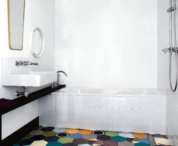 W łazience zmieściła się wanna, prysznic i pralnia ukryta w zabudowie. Podłoga wyłożona jest heksagonalnymi płytkami (Purpura). Pozornie chaotyczny wzór ożywia wnętrze.